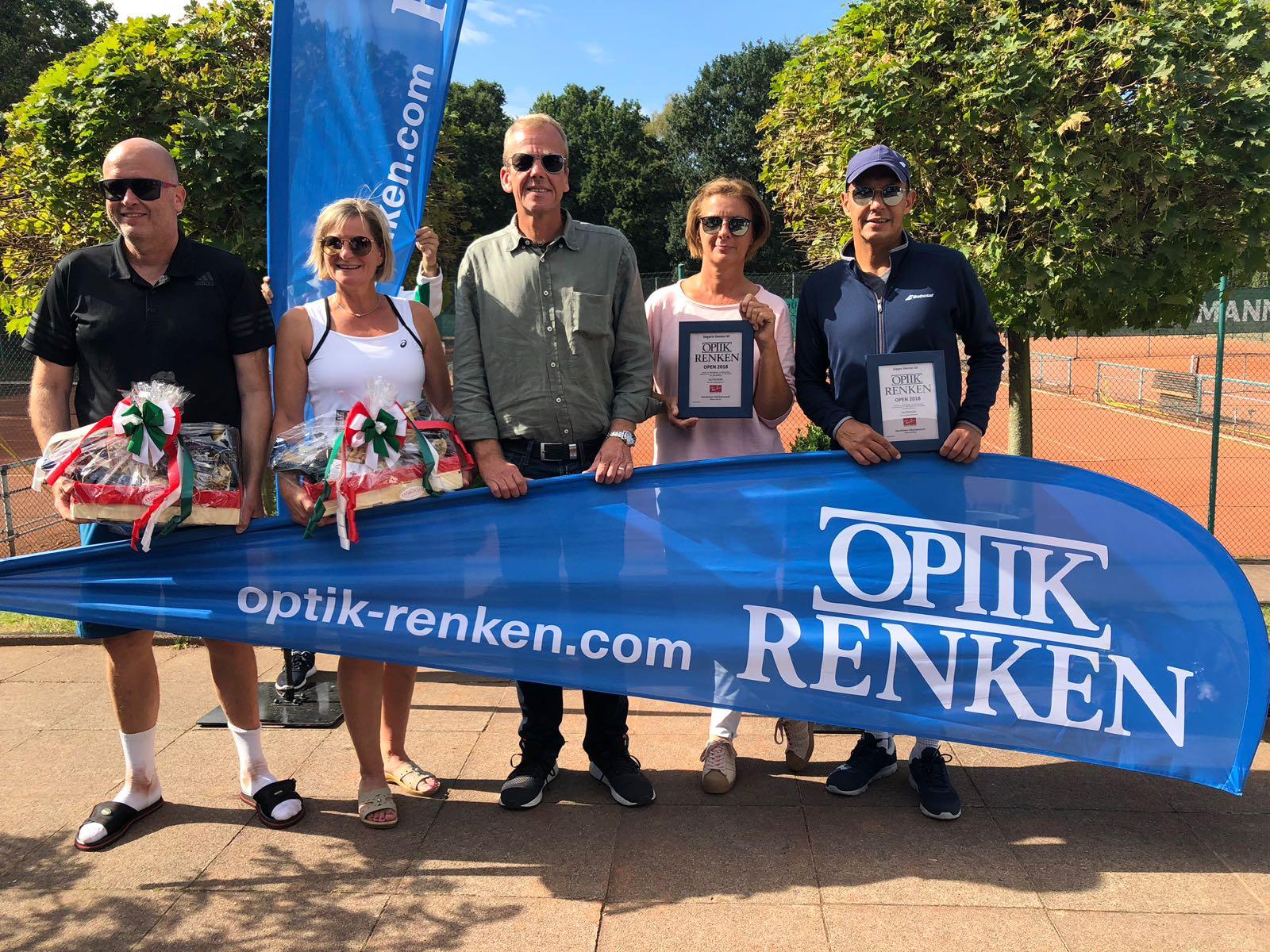 Jörg Althans (Finalist Herren 50), Claudia Wipijewski (Finalistin Damen 40), Thomas Renken (Sponsor), Anja Sunderbrink (Siegerin Damen 40), Axel Seemann (Sieger Herren 50)